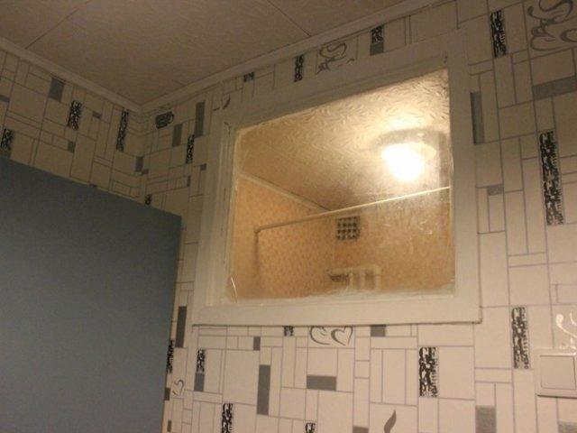 Окно между ванной и кухней: зачем нужно и как оформить