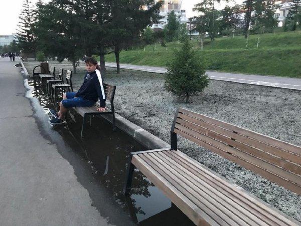 Красноярский общественник показал «утопающие» лавочки на отремонтированной набережной