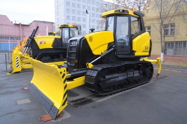 Многотонный трактор встретит гостей саммитов ШОС и БРИКС из аэропорта