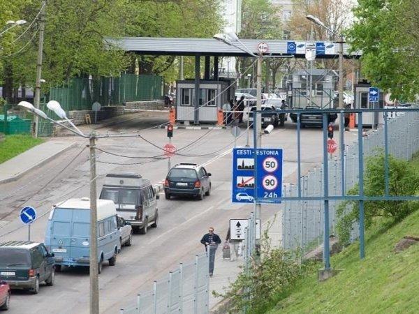 Водители стоят в очереди на границе с Эстонией по 12 часов