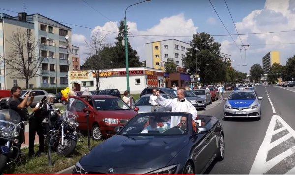 Польский «Папамобиль»: Священник благословлял людей с роскошного кабриолета BMW