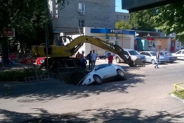 Девушка на иномарке провалилась в неогороженную яму в центре Саратова