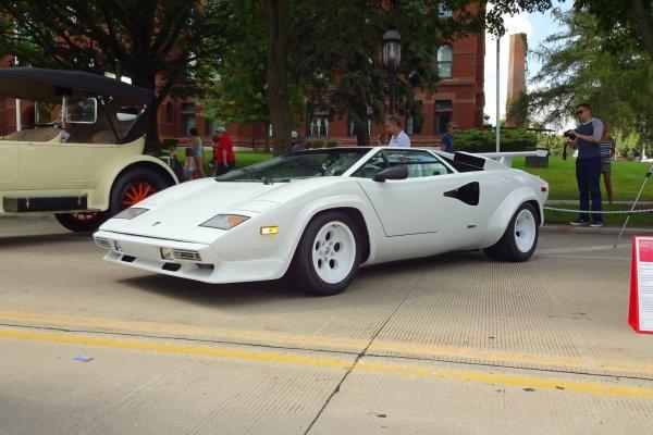 Внук обнаружил в гараже у бабушки редкий суперкар Lamborghini за 20 млн рублей