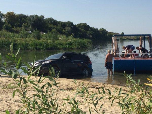Воронежцы высмеяли внедорожник, въехавший в воду на пляже