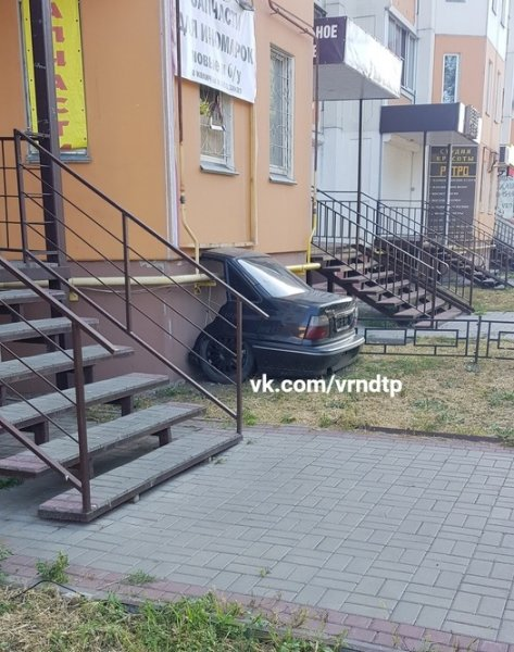 «Магическую» парковку половины автомобиля засняли на улице Воронежа