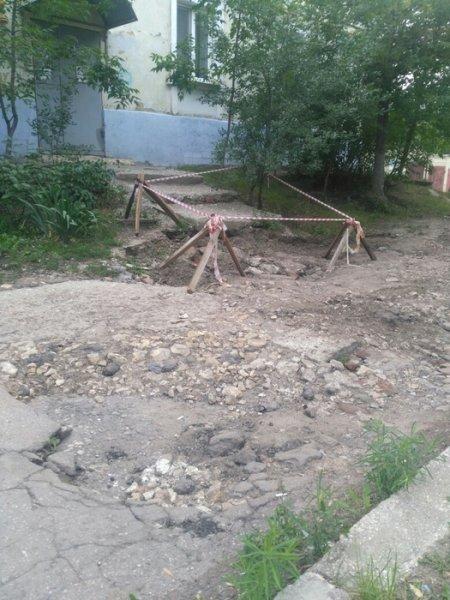 В Саратове год не ремонтируют провалившееся крыльцо многоквартирного дома