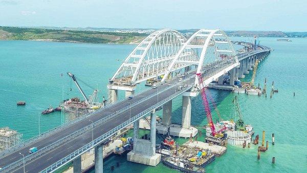 Движение грузовиков на Крымском мосту начнется 1 октября