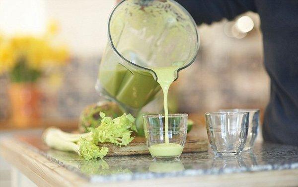 Диетологи назвали сок, который навсегда спасет от прыщей и черных точек