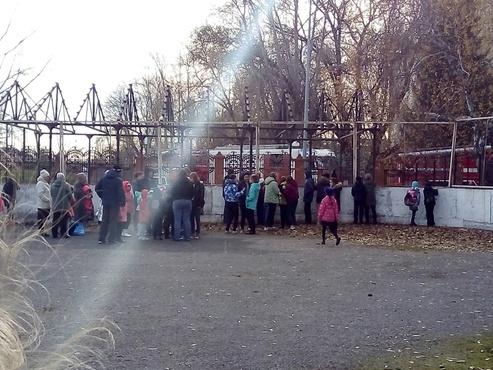 Больше 400 человек эвакуировали из тюменской школы после сообщения о пожаре