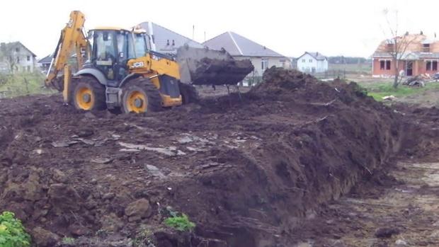 В Югре мужчина закопал двух убитых коллег эскаватором