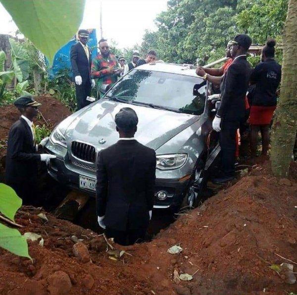 Нигериец похоронил отца в новом кроссовере BMW за 88 000 долларов