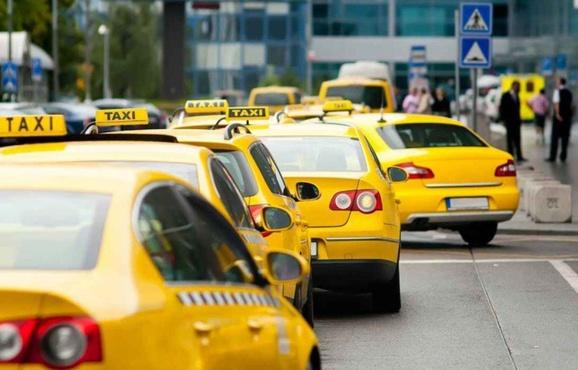 Таксист-россиянин 8 часов прождал пассажирку, забывшую кошелек в машине