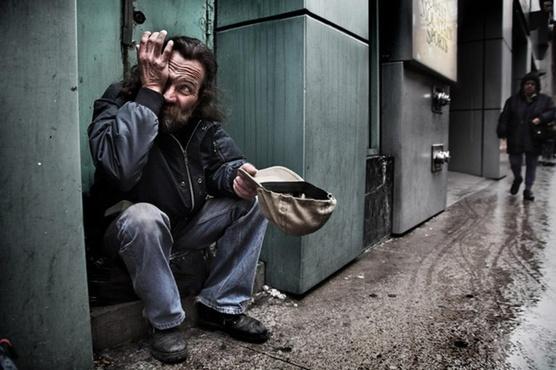 Цыганский ансамбль довел тюменских бездомных до слез