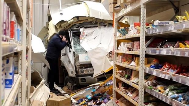 Грузовик въехал в торговый центр: есть пострадавшая