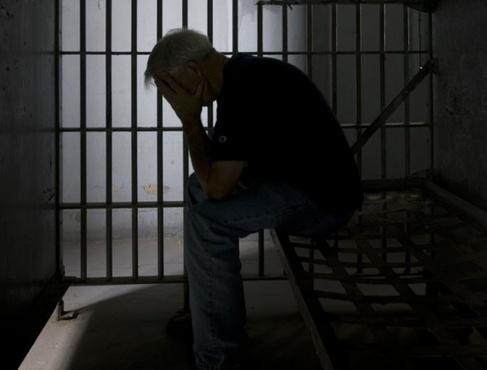 В Тюмени мужчина притворялся полицейским, чтобы сделать из подростка преступника