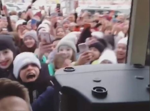 В Югре толпа подростков пыталась штурмом взять торговый центр из-за роллов