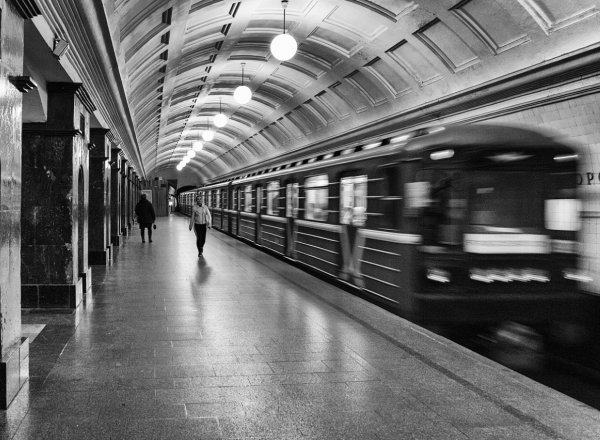 Табло метро Москвы не для людей: Москвичей озадачил спрятанный за столбом экран