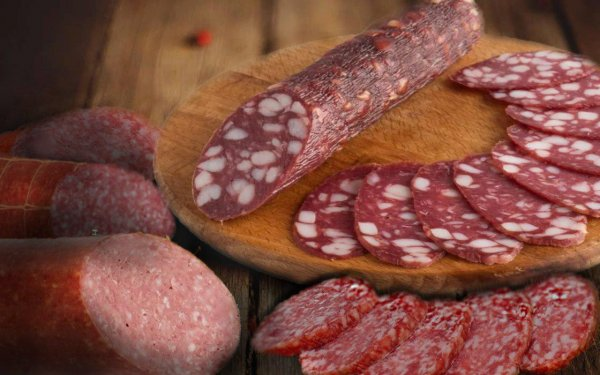 Просрочка на прилавках: Сотрудник мясокомбината поделился тайной утилизации колбасы