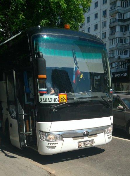 Экономят на парковке? Автобусы Минобразования перевозили детей в лагерь с заклеенными номерами